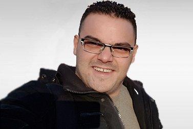 Mohamad Alolabi ist Alumni-Stipendiat für ein Masterstudium und schaut lachend in die Kamera.
