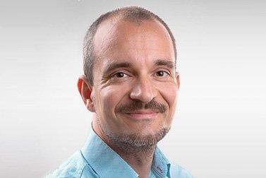 Dr. René Heller ist Alumni-Stipendiat für eine Habilitation und schaut lachend in die Kamera.