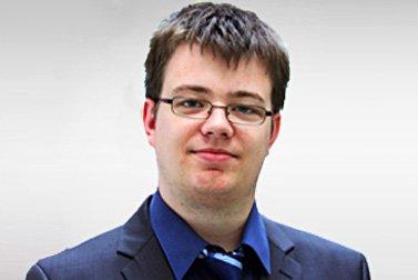 Alexander Diedrich ist Alumni-Stipendiatin für ein Auslandsstudium und schaut lachend in die Kamera.