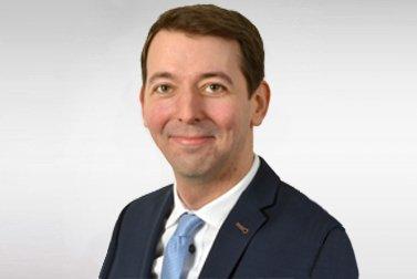 Dr.-Ing. Daniel Meyer ist Alumni-Stipendiat für eine Habilitation und schaut lachend in die Kamera.