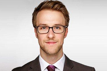 Alexander Tietze ist Alumni-Stipendiat für ein Masterstudium und schaut lachend in die Kamera.