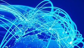Ein blau eingefärbtes Bild zeigt einen Ausschnitt eines Globus, der mit mehreren Lichtbögen die Vernetzung der Kontinente zeigt.