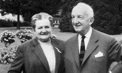 Hans und Clara Lenze sind in einem Park, stehen nebeneinander und blicken freundlich in die Kamera.