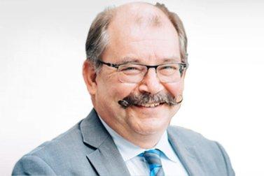Prof. Dr.-Ing. habil. Bernhard Karpuschewski ist Alumni-Stipendiat für eine Habilitation und schaut lachend in die Kamera.